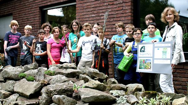 Frau Sandra Lordieck bei der Übergabe des Zuschusses an die Schüler mit ihrer Lehrerin Frau Annette Schulz (4. v. l.)