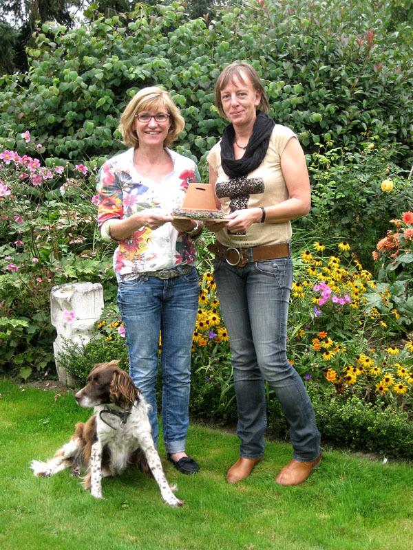 Barbara Schlottbom (links) bei der Spendenübergabe an Jutta Bonhoff