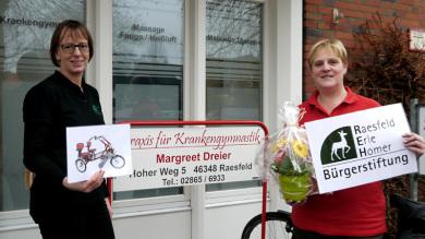 Jutta Bonhoff (links) bedankt sich für die Bürgerstiftung REH bei Frau Margreet Dreier für die Spende.