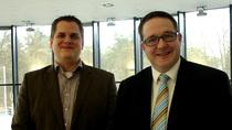 v. l.: Benedikt Kisner, Stiftungsrat, und Heiko Gudel, Finanzvorstand, bei der Übergabe der Geräte in den Räumen der Fa. NetGo.