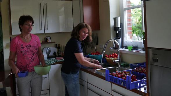 Rita Grömping und Claudia Gesing machen die Erdbeermarmelade.