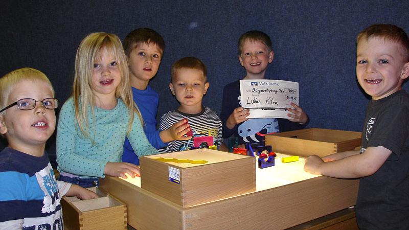 Freude bei der Übergabe von 200 € an den Lukas-Kindergarten