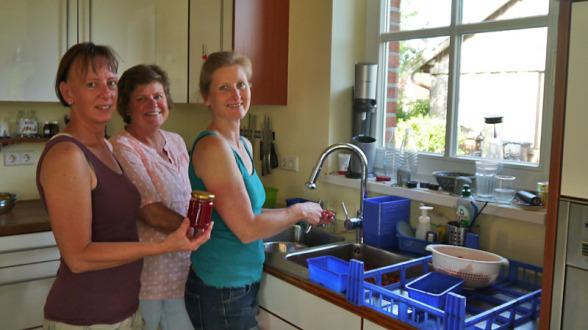 Erdbeermarmelade: v.l. Jutta Bonhoff, Ruth Beering, Sandra Lordieck