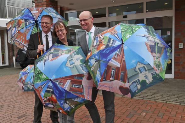 Michael Weddeling und Ralf Steiger (Volksbank) geben zusammen mit Jutta Bonhoff (Stiftung REH) den Startschuss für der Verkauf