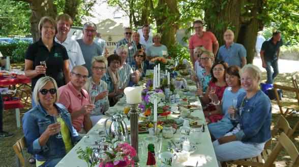 """Den Preis für die schönste Tischdekoration gewann die Gruppe """"Wir alle / ohne Schlümpfe""""."""
