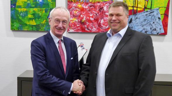Der bisherige Vorsitzende des Stiftungsrats, Dr. Hubert Koch, gratuliert dem neuen Vorsitzenden Christian Kruse.
