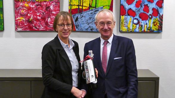 Jutta Bonhoff, Vorsitzende des Stiftungsvorstands, bedankt sich bei Dr. Hubert Koch mit einem Präsent.