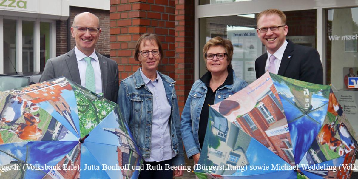 Ralf Steiger li. (Volksbank Erle), Jutta Bonhoff und Ruth Beering (Bürgerstiftung) sowie Michael Weddeling (Volksbank Erle).