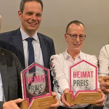 Bürgermeister Andreas Grotendorst übergibt den Heimatpreis 2020 an Jutta Bonhoff.