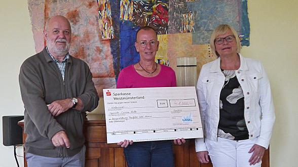 Wolfgang Warschewski, Vorsitzender der UWG (links), und Petra Nagel, bei der UWG für die Finanzen verantwortlich (rechts), überreichen den Spendenscheck an Jutta Bonhoff, Vorsitzende der Bürgerstiftung.