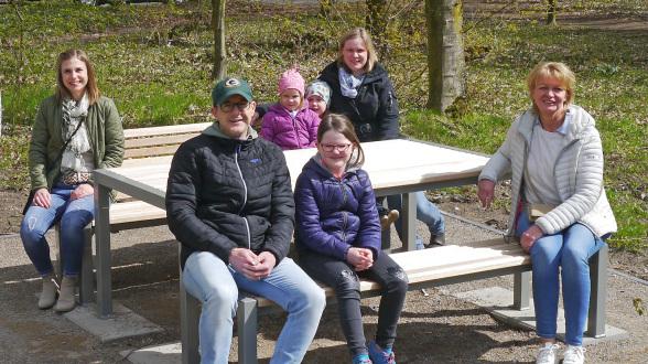 Von der Bürgerstiftung vorne von links nach rechts: Heiko Gudel mit Tochter, Ute Heidermann-Rösler Hinten von links nach rechts: Lea Nagel, Kathrin Bonhoff mit Kindern