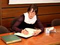 Jutta Bonhoff beim Eintrag ins Stiftungsbuch